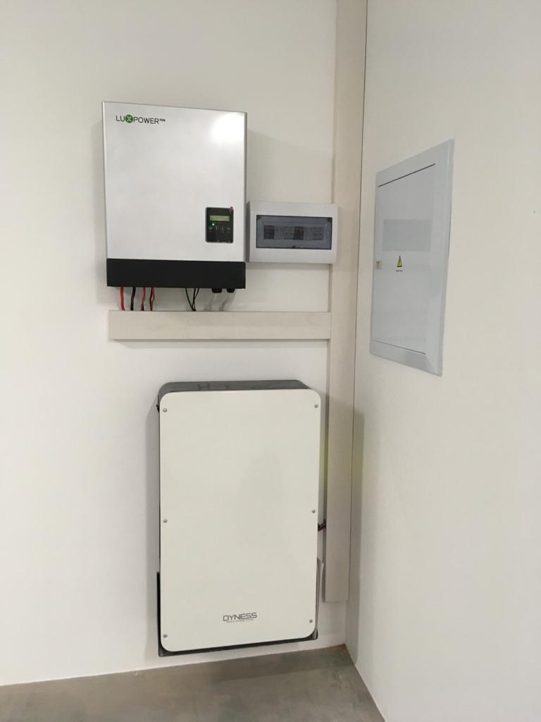 Hybrid inverter, Dyness powerbox in the garage